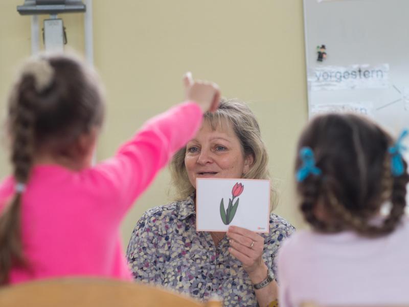 Bild zu Lehrerin fragt in Klasse hinein