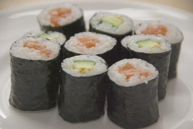 Bild zu Maki Sushi auf einen weißen Teller