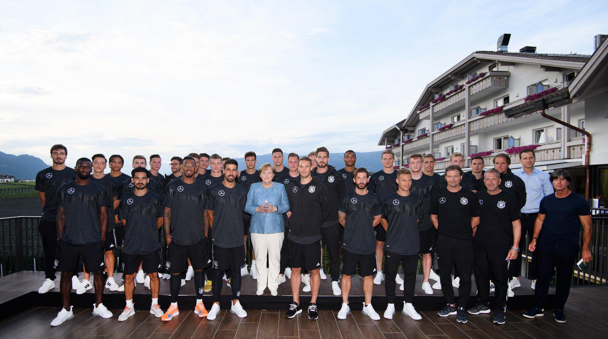 Bild zu WM 2018 - Trainingslager Deutschland - Merkel