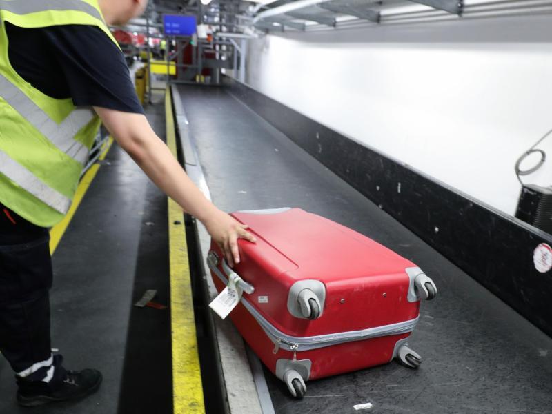 Bild zu Gepäckband mit einem Koffer