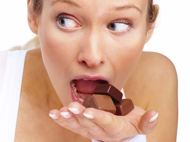 Bild zu Frau nascht Schokolade