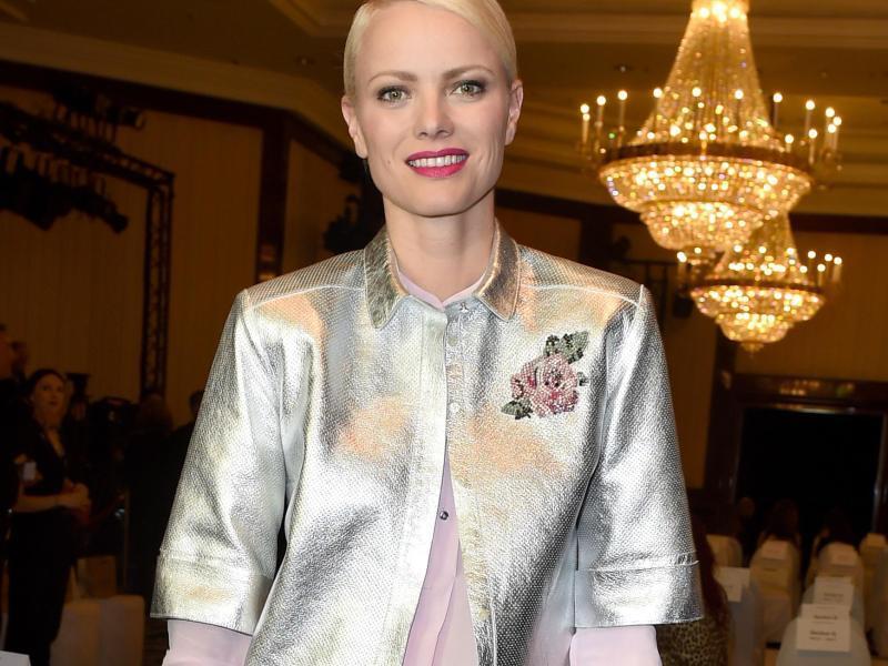 Bild zu Silberne Jacke zu schlichtem Outfit