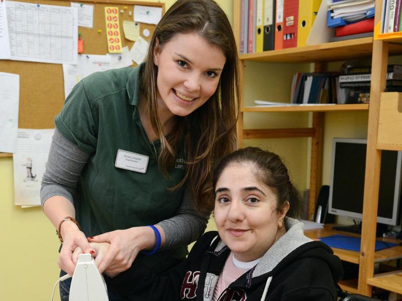 Bild zu Anna Longrée mit einer Patientin