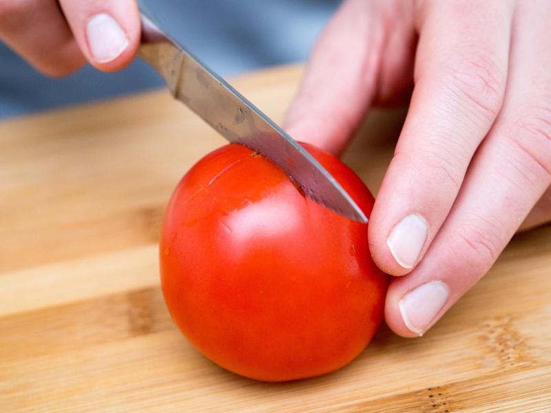 Bild zu 1. Tomate einritzen