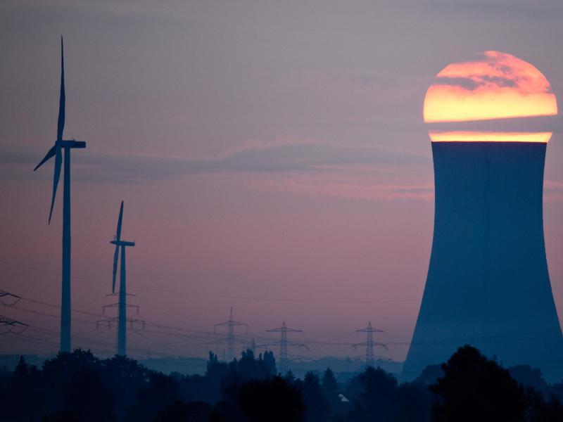 Bild zu Kohlekraftwerk und Windkraftanlage
