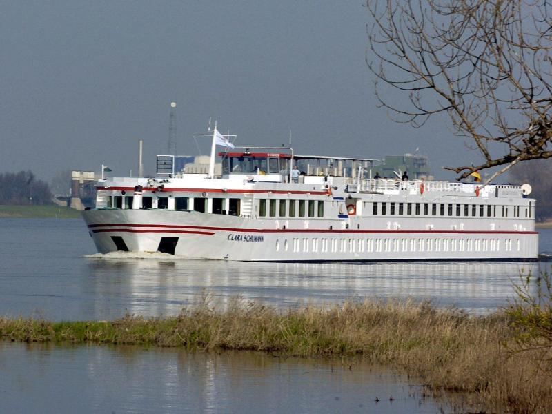 Bild zu Schwimmendes Hotel auf der Elbe