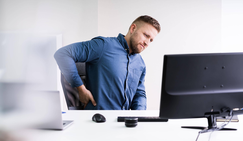 Bild zu Mann mit Rückenschmerzen