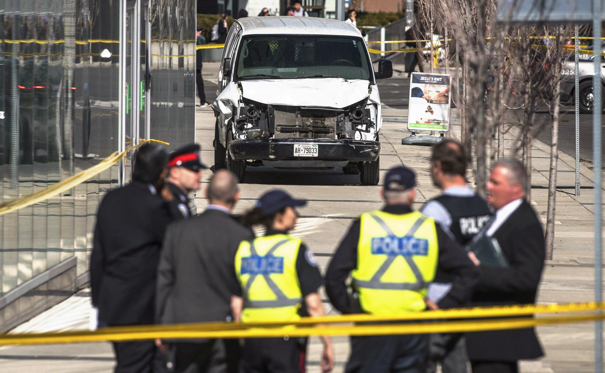 Bild zu Lieferwagen fährt in Toronto in Menschengruppe