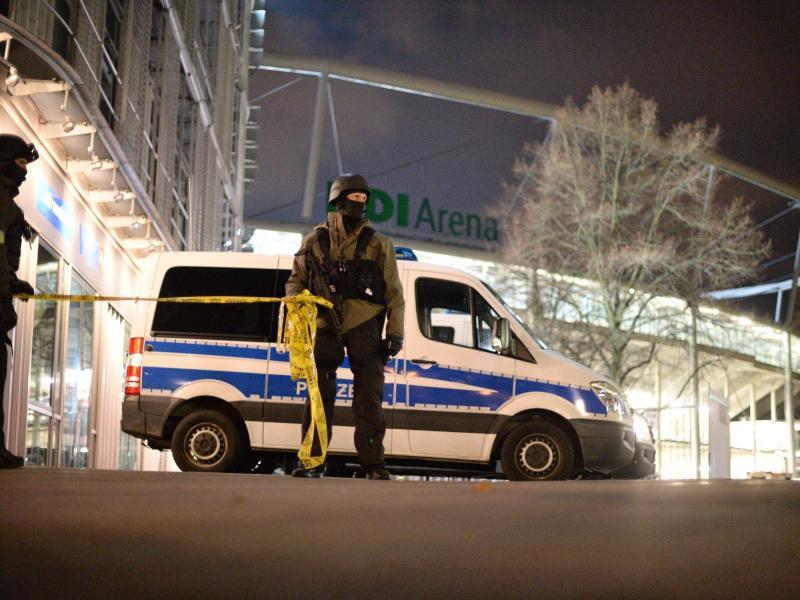Bild zu Polizisten sperren das Stadiongelände ab