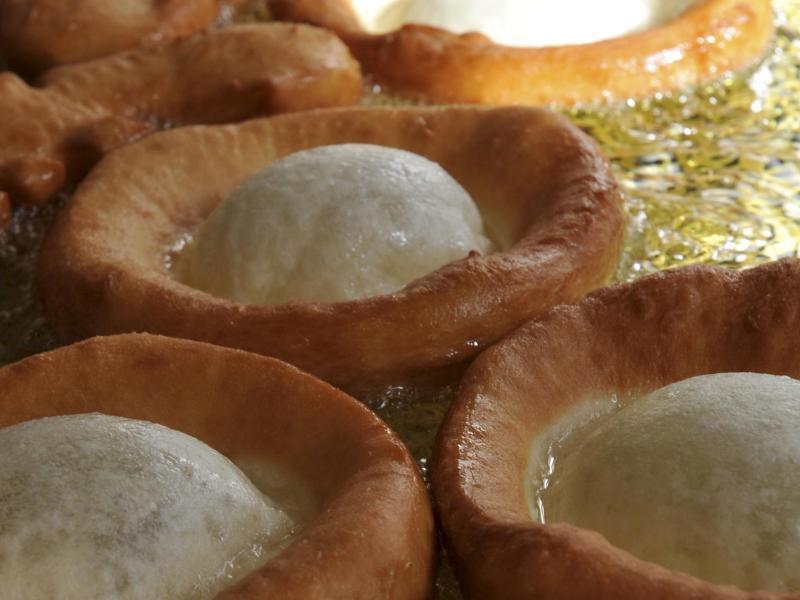 Bild zu Schmalzgebäck beim Frittieren