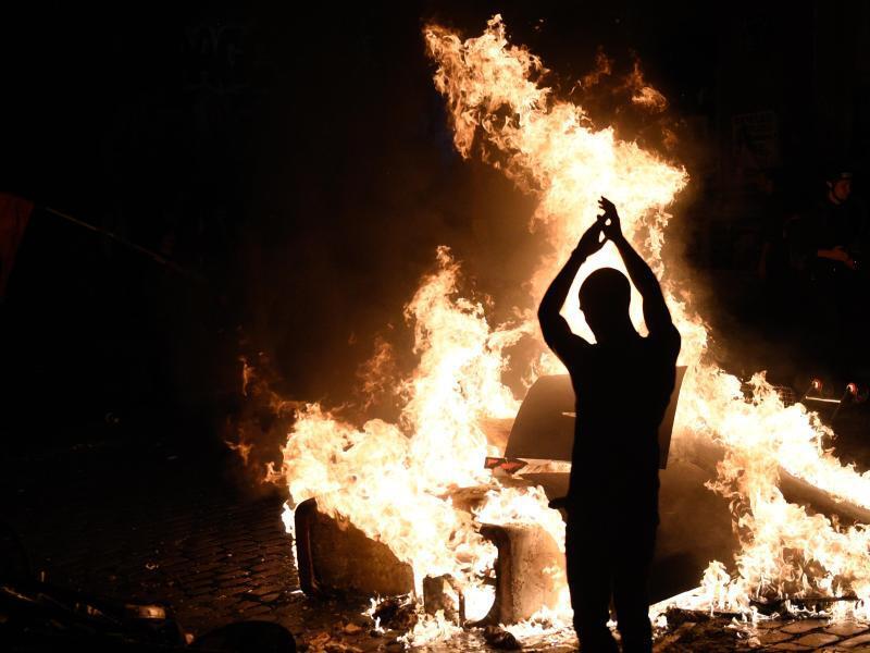 Bild zu Flammen, Zerstörung, Krawall