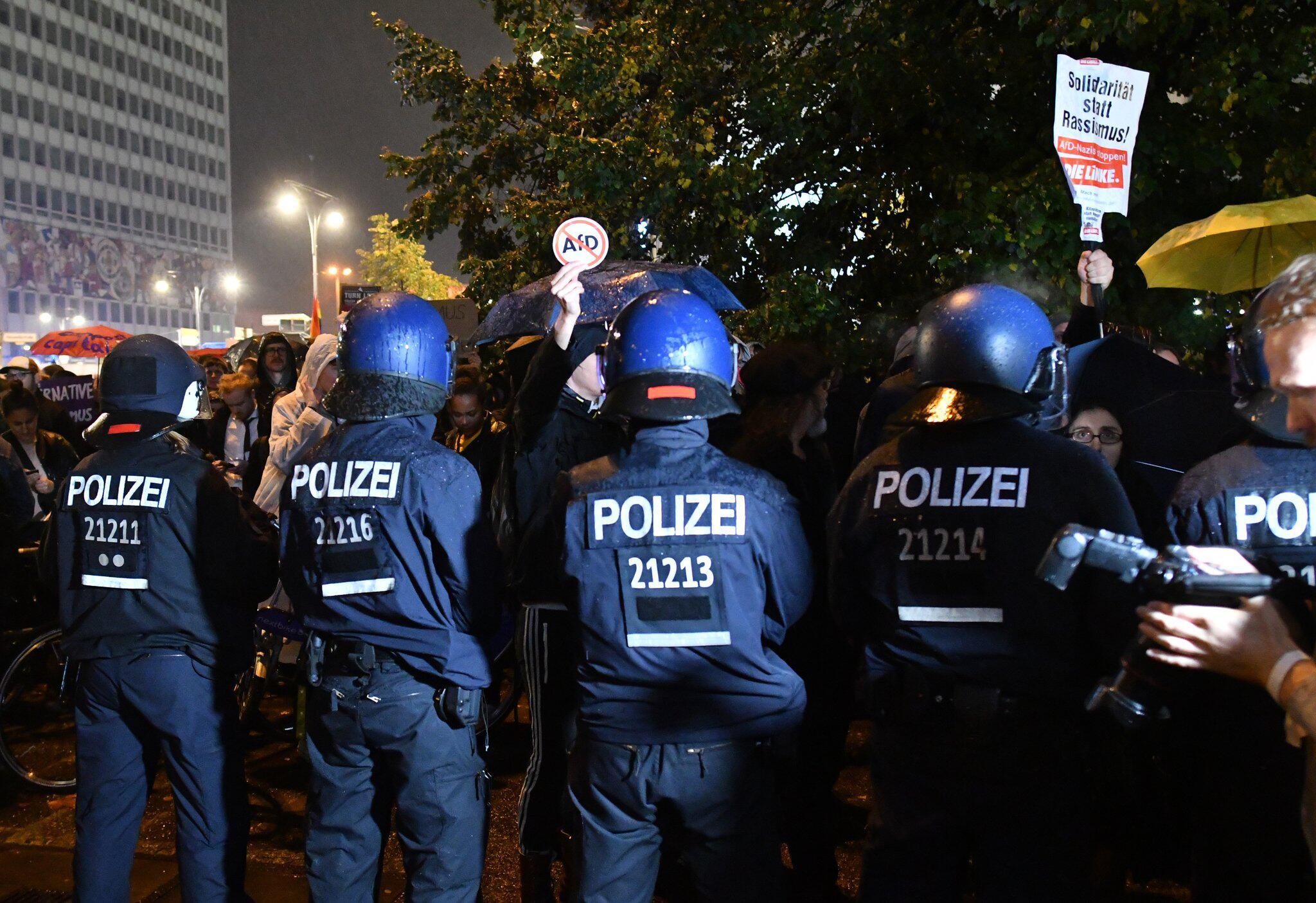 Bild zu Demonstrationen vor AfD-Wahlparty in Berlin.
