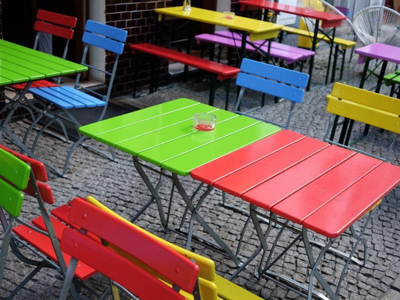 Bild zu Bunte Tische und Stühle
