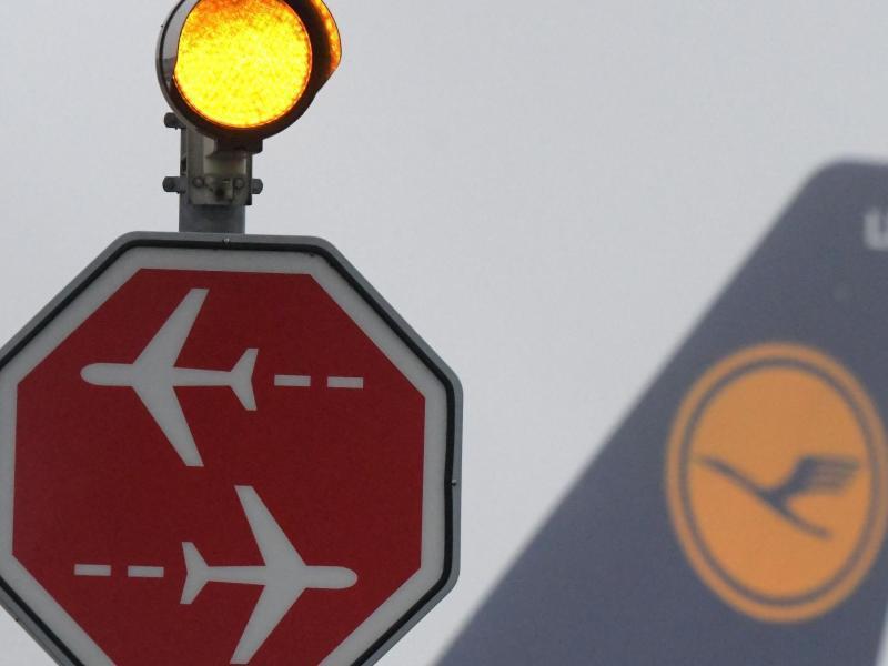 Bild zu Flugzeug und Signallampe