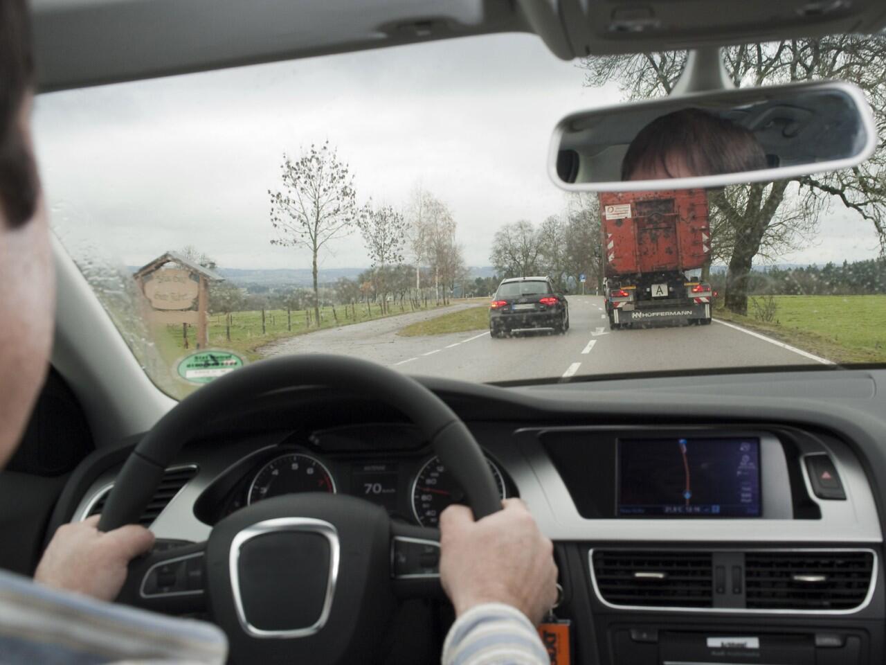 Bild zu Überholen auf Landstraßen: Häufige Ursache schwerer Unfälle