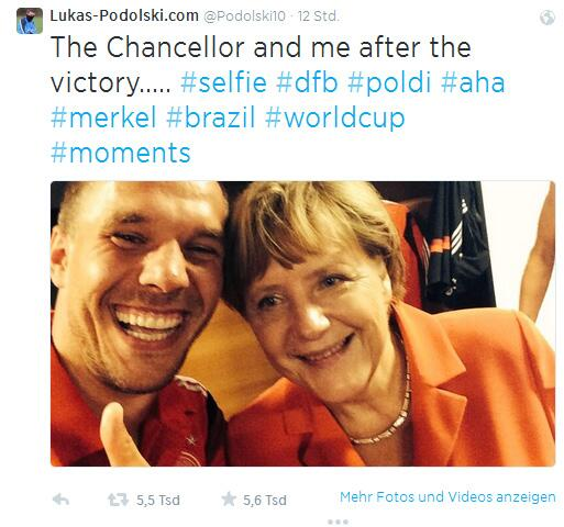Bild zu Podolski-Selfie mit Angela Merkel