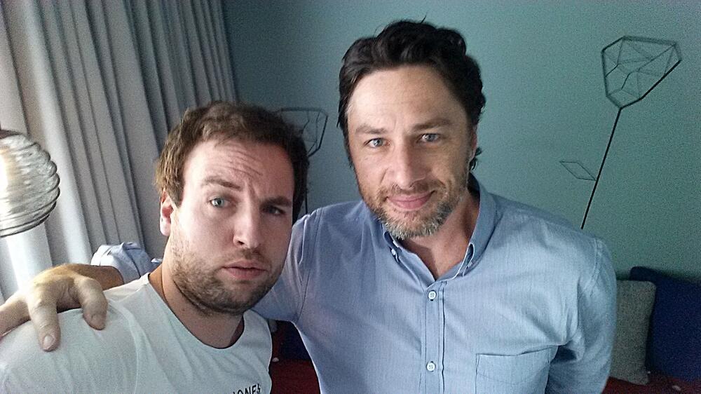 Selfie: Redakteur Andreas Maciejewski (li.) mit Zach Braff.