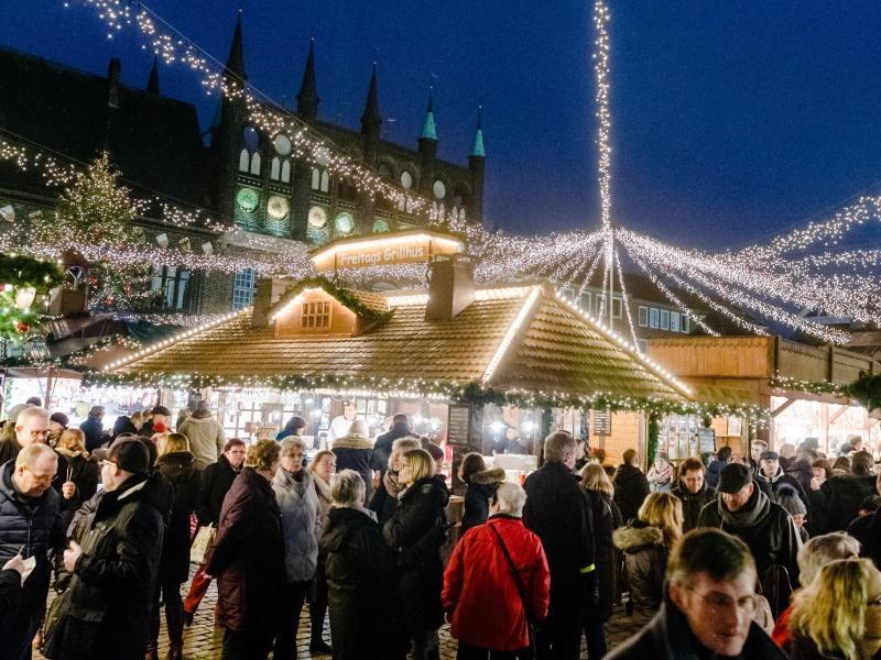 Bild zu Menschen auf Weihnachtsmarkt