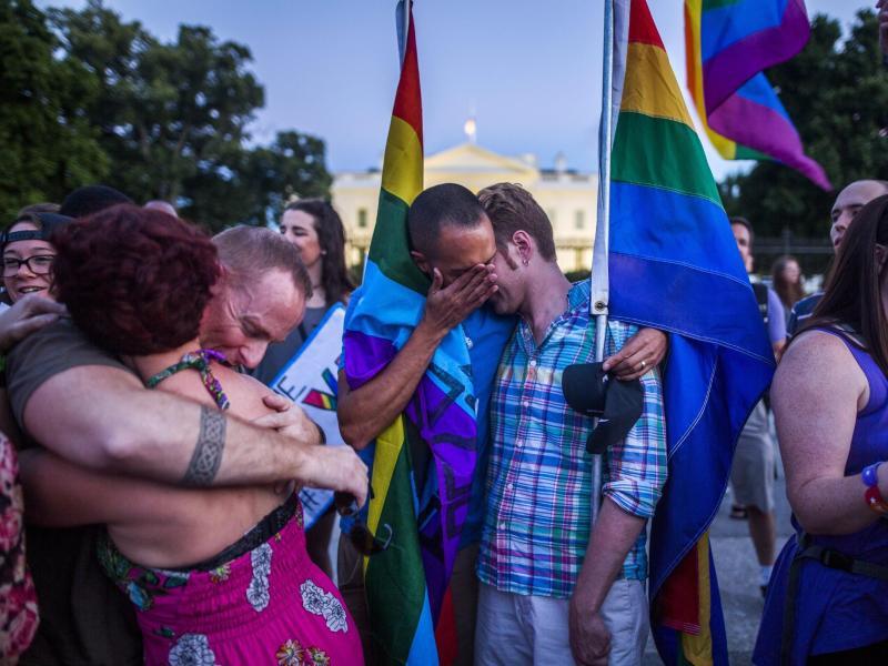 Bild zu Trauernde vor dem Weißen Haus