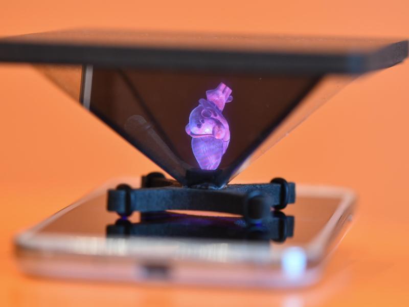 Bild zu Hologramm auf einem Smartphone