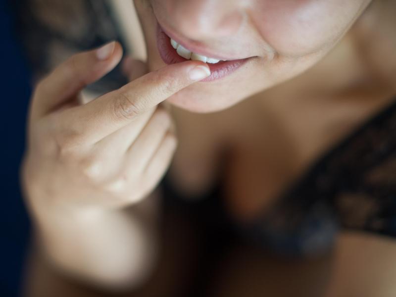 Bild zu Frau cremt ihre Lippen ein