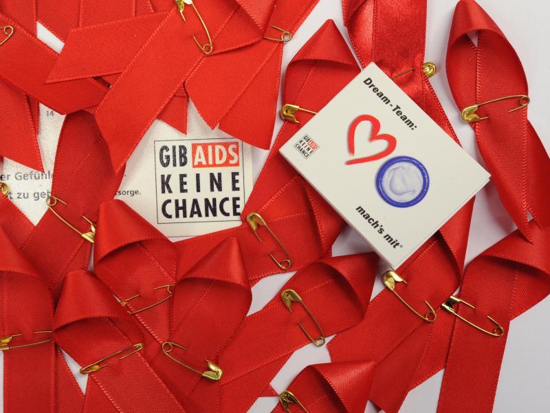 Bild zu Rote Schleifen der Aids-Hilfe Frankfurt