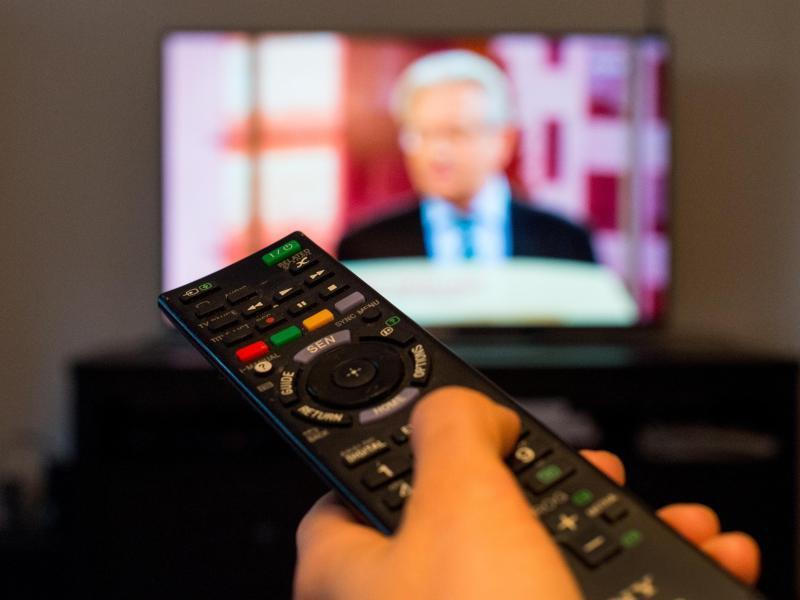 Bild zu Angeschalteter Fernseher mit Fernbedienung