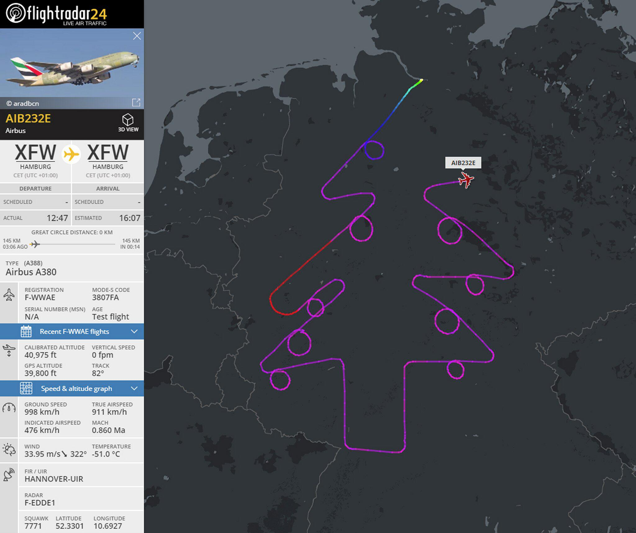 Bild zu Airbus fliegt Tannenbaum über Deutschland