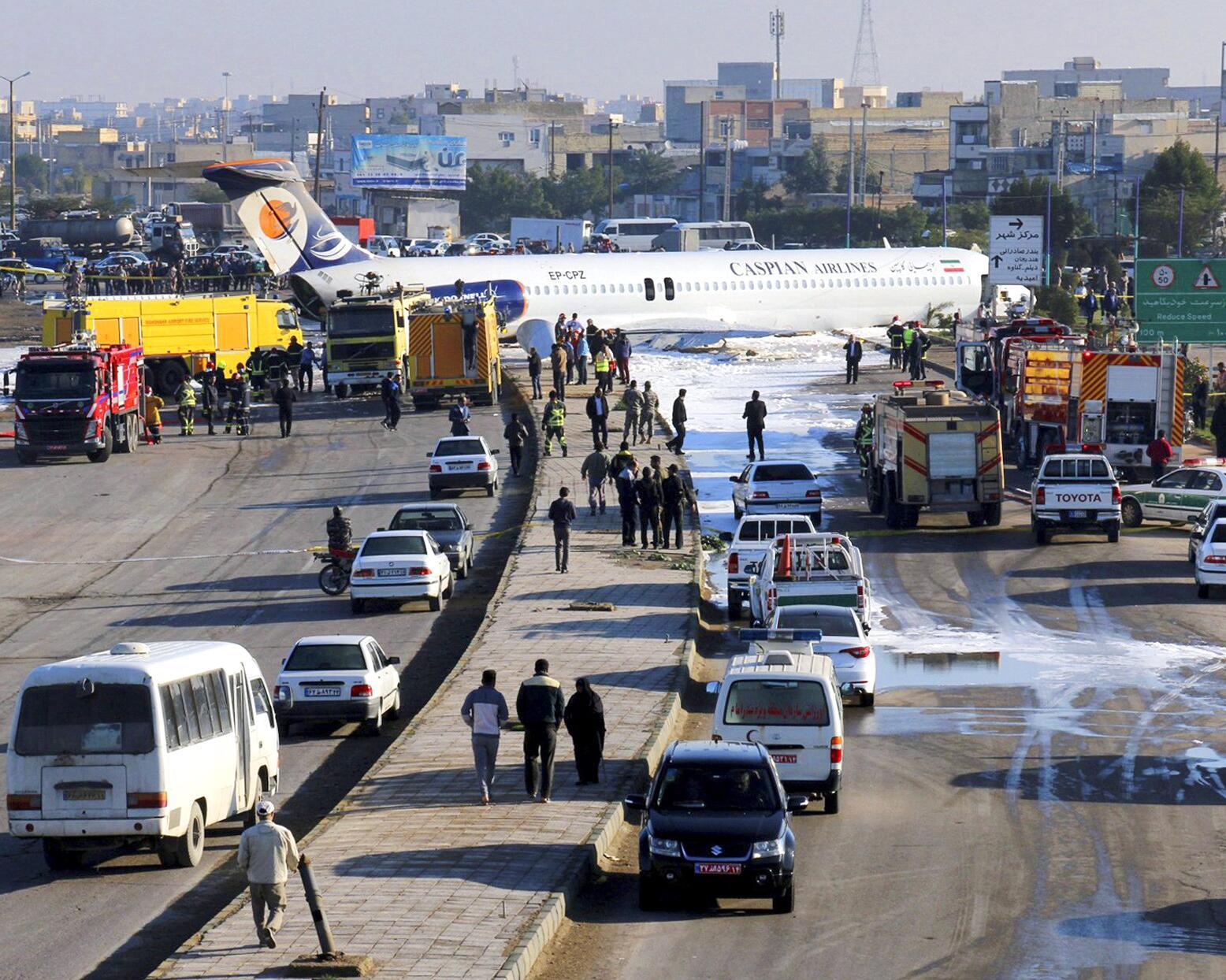Bild zu Passagiermaschine rutscht im Iran bei Landung auf Autobahn