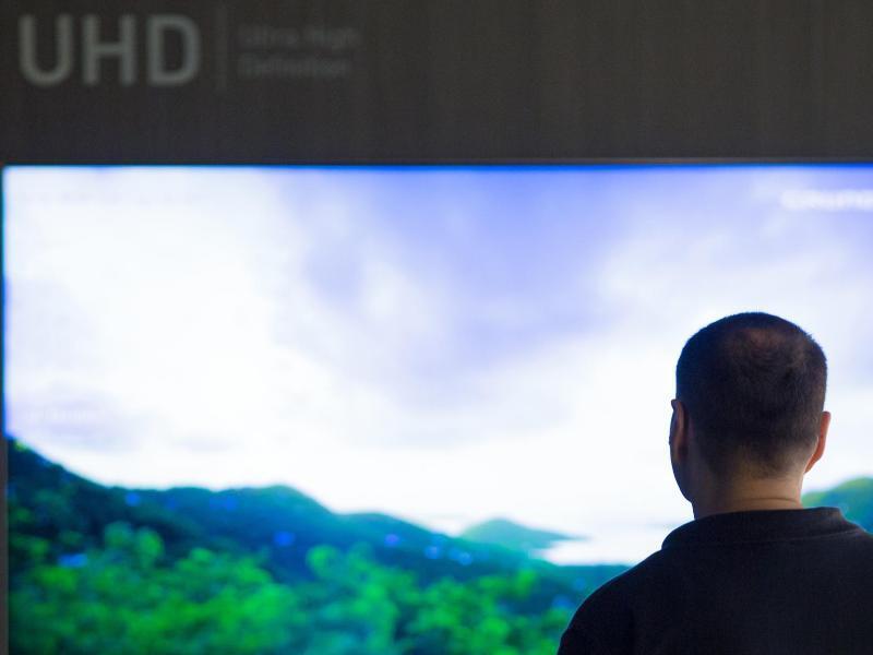 Bild zu Mensch vor UHD-Fernseher