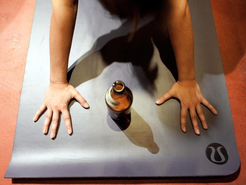 Bild zu Yogamatte und Bierflasche