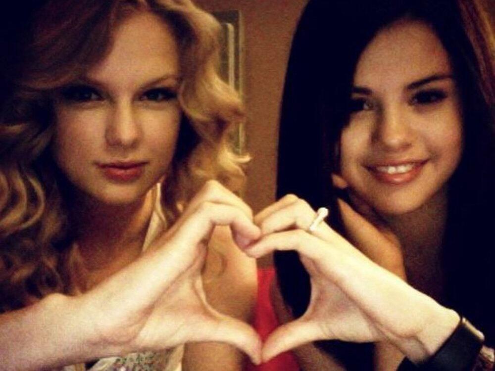 Bild zu Taylor Swift und Selena Gomez verbinden ihre Hände zu einem Herz