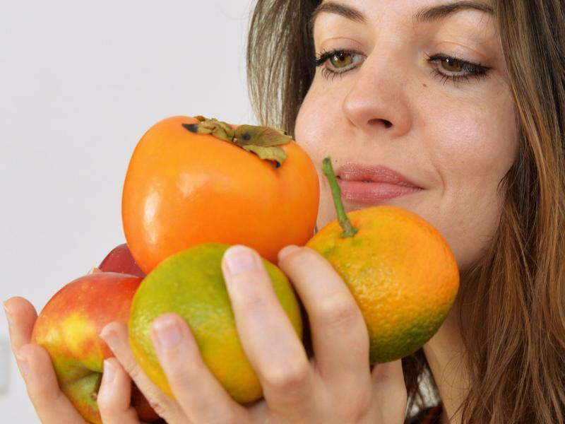 Bild zu Frau hält Obst in den Händen