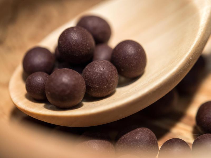 Bild zu Mit Schokolade umhüllte Aroniabeeren
