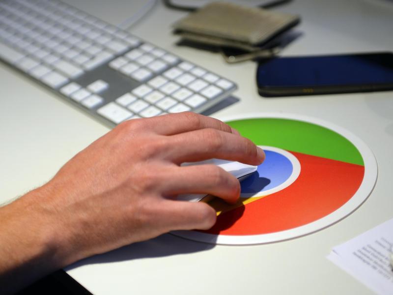 Bild zu Google-Pad auf einem Schreibtisch