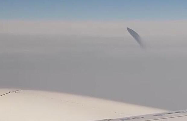 Bild zu UFO? Flugpassagiere filmen merkwürdiges Objekt in türkischem Luftraum