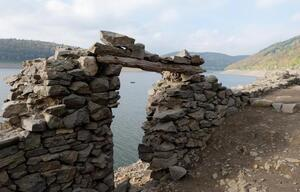 Alte Grundmauer am Edersee