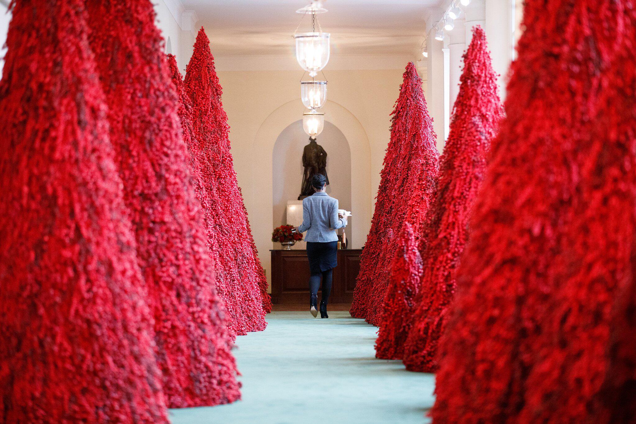 melania trump enth llt weihnachtsdekoration im wei en haus web de. Black Bedroom Furniture Sets. Home Design Ideas