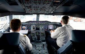 Piloten im Flugzeugcockpit