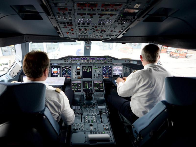 Bild zu Piloten im Flugzeugcockpit
