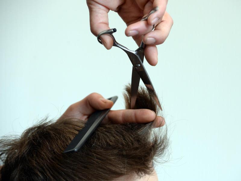 Bild zu Beim Friseur