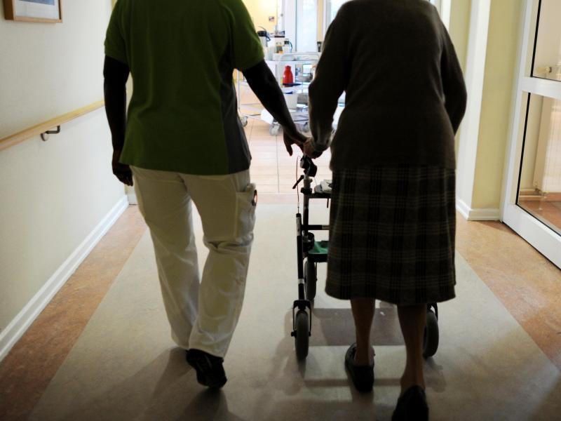 Bild zu Pflegerin mit einer Pflegeheimbewohnerin