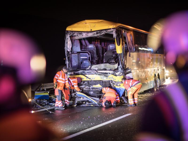 Bild zu Reisebus in Bayern verunglückt