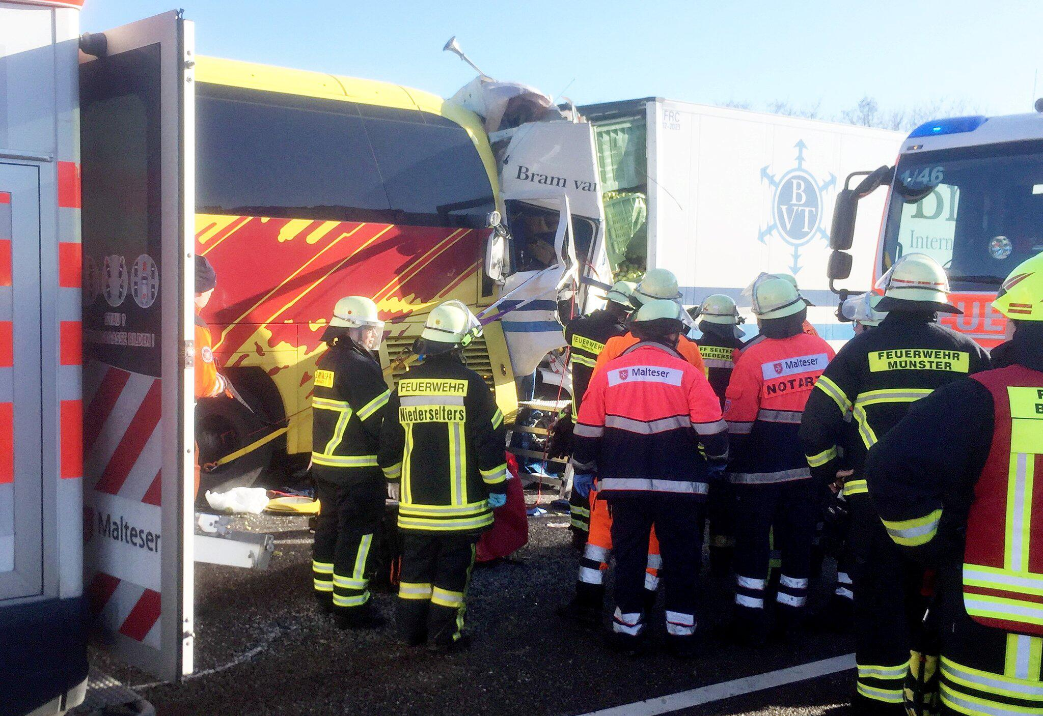 Bild zu Unfall mit Reisebus