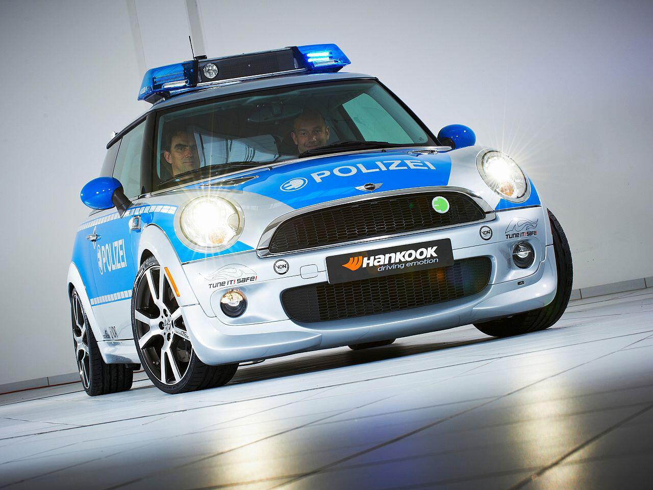 Bild zu Verbrecherjagd im Mini Cooper: Die Polizei-Farben stehen dem Mini richtig gut
