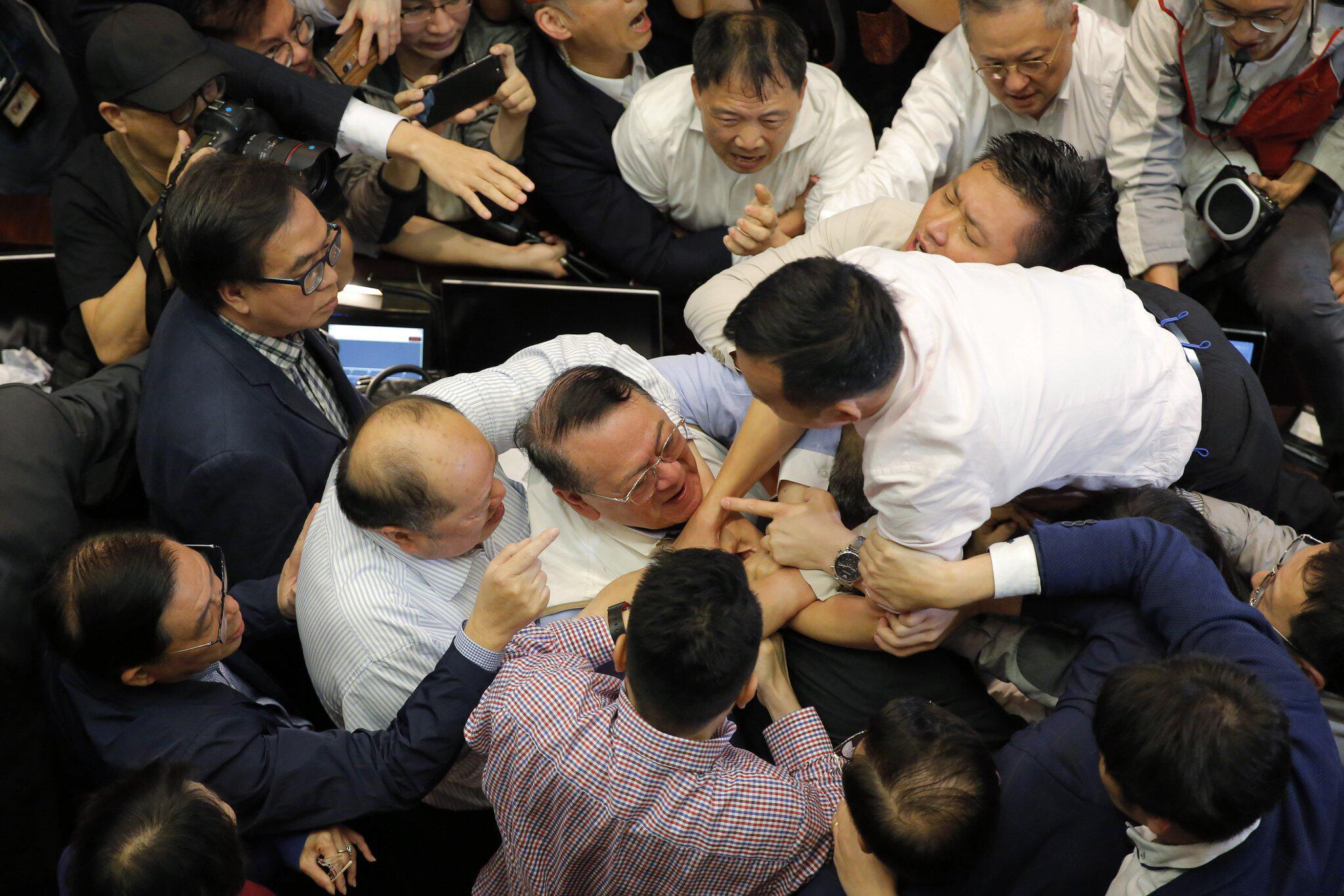 Bild zu Auseinandersetzung, Parlament, Hongkong, Streit, Schlägerei