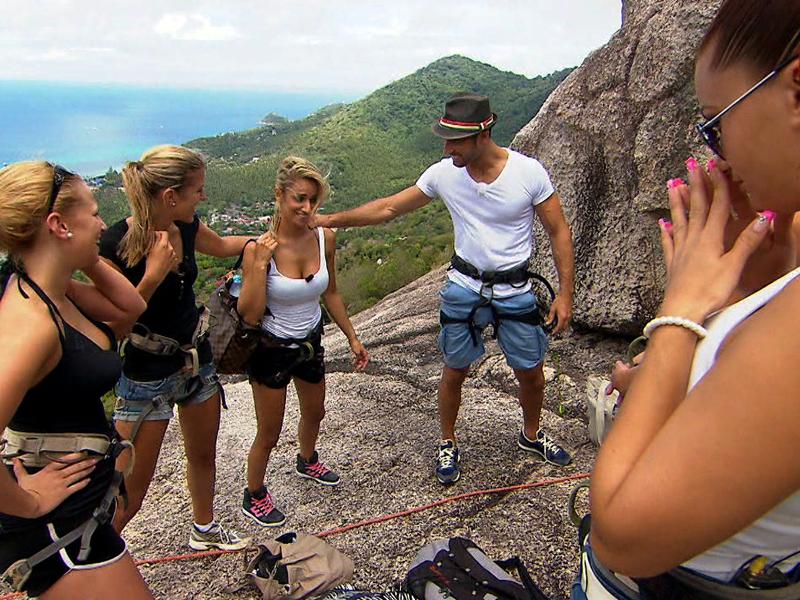 Bild zu Rachele (Mi.) und Vanessa (re.) ist nicht gerade wohl beim Gedanken an die Felswand.