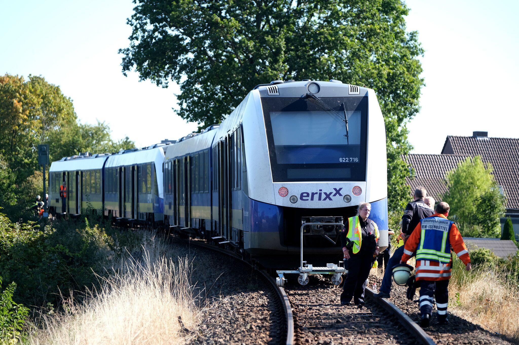 Bild zu Zug rammt Auto an unbeschrankten Bahnübergang.