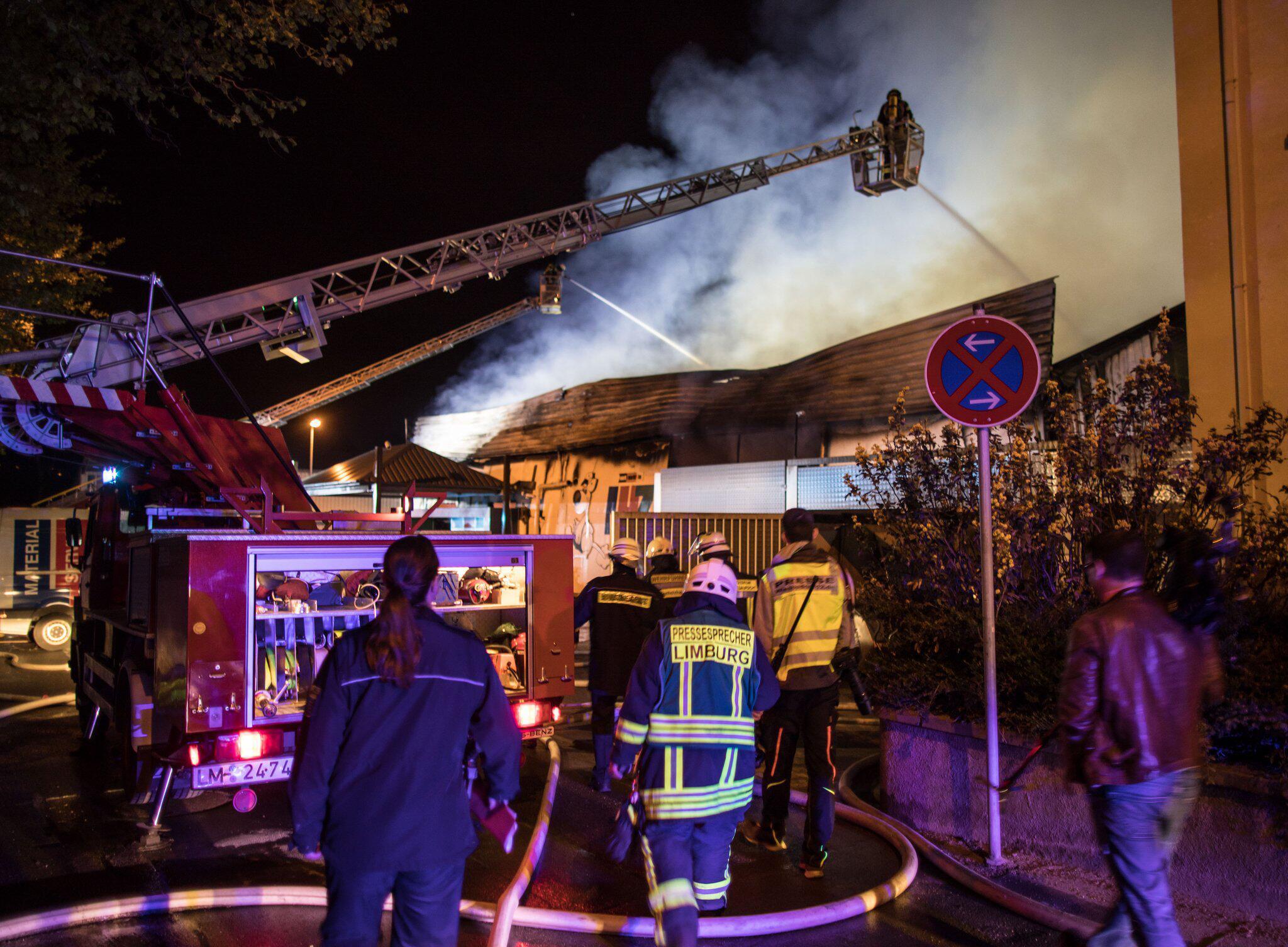 Bild zu Baumarkt brennt ab