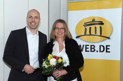 Gewinnerin Heike M. mit Jan Oetjen, Portal-Vorstand WEB.DE.